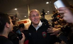 L'entraîneur du RC Toulon Bernard Laporte au milieu des supporters le 3 mai 2015 à l'aéroport de Hyères-Toulon.