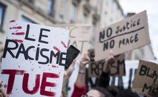 Des pancartes lors d'un rassemblement à Rouen en juin 2020 en hommage à  George Floyd, mort asphyxié sous les genoux d'un policier aux Etats-Unis.