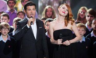 Elodie Frégé et Vincent Niclo dans l'émission 300 choeurs pour Noël diffusée sur France 3