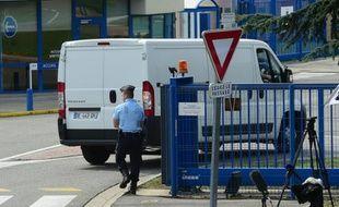 Le débris d'avion retrouvé à La Réunion arrive au laboratoire de la Défense à Balma, près de Toulouse, le 1er août 2015