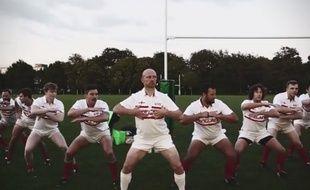 """Des fans anglais parodient le Haka néo-zélandais en dansant la """"Hakarena""""."""