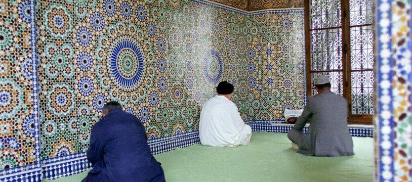 Illustration: Des musulmans de Paris prient le 8 janvier 2000 dans la Grande Mosquée de Paris lors de la célébration de la sortie du ramadan, la fête de l'Aïd-el-Fitr, qui marque la fin du mois de jeûne.