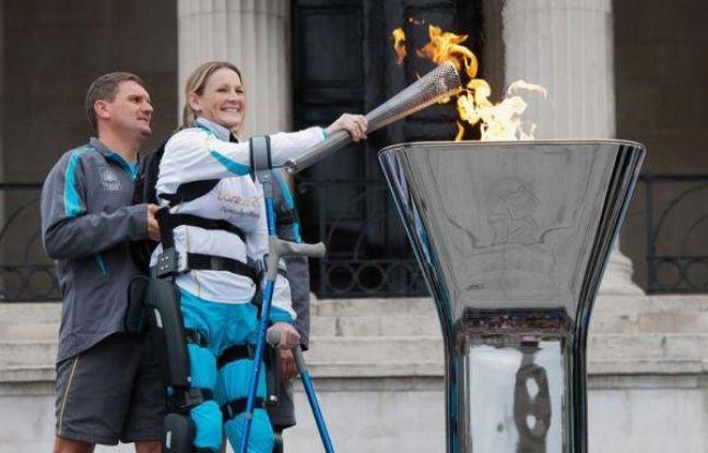 """La flamme anglaise des jeux Paralympiques a été allumée vendredi à Trafalgar Square en présence du premier ministre britannique David Cameron qui a promis que ces jeux feraient """"la fierté"""" du Royaume-Uni."""