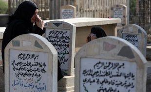 Des femmes se rendent sur la tombe de leurs proches dans un cimetière de Bagdad, en Irak, le 15 octobre 2013, au premier jour de l'Aïd al-Adha, marqué par un attentat à Kirkouk (nord).