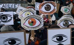 Des manifestants à la manifestation parisienne contre le projet de loi