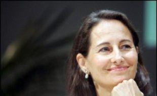 Ségolène Royal a annoncé mercredi qu'elle proposait un emploi rémunéré cet été dans les services de la Région Poitou-Charentes, dont elle est présidente, à un jeune homme qui l'avait entartée le 16 juin à La Rochelle.