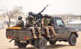 Des soldats nigériens en patrouille le 13 mars 2015 dans le camp de Kabalewa, qui accueille de nombreux réfugiés ayant fui l'offensive de Boko Haram dans le nord-est du Nigeria