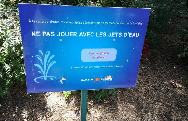 Le panneau d'interdiction près des jets d'eau du square de Gaule à Toulouse.