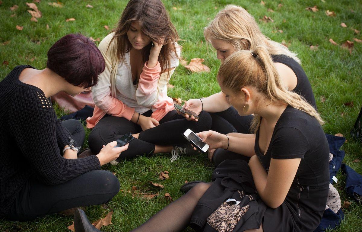 Illustration de lycéens sur leur smartphone. – S.POUZET/SIPA