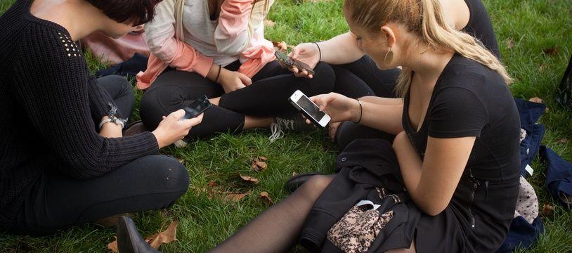 Illustration de lycéens sur leur smartphone.