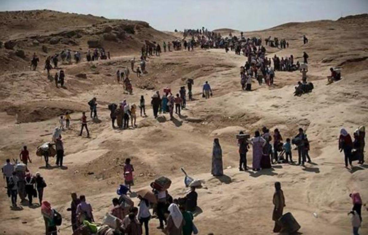Des déplacés originaires de Sinjar fuient vers la région autonome du Kurdistan, dans le nord de l'Irak, le 4 août 2014 – - AFP