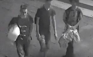 Le beau geste des trois adolescents a été immortalisé par les caméras de vidéosurveillance de la ville.