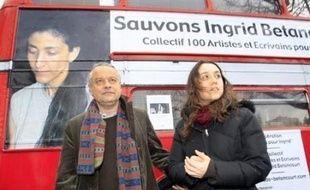 """La famille de la Franco-Colombienne Ingrid Betancourt et les comités de soutien ont dit vendredi à Paris vouloir """"garder espoir"""" et ont souligné l'urgence d'une solution négociée, à l'occasion du sixième anniversaire de son enlèvement par la guérilla des Farc."""