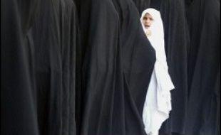 Toute personne de sexe féminin et pubère doit observer le code islamique, en dissimulant les formes de son corps et en couvrant sa chevelure, de préférence avec du noir.