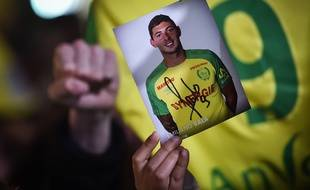 Un supporter nantais brandit une photo d'Emiliano Sala, mardi 22 janvier 2019 à Nantes.
