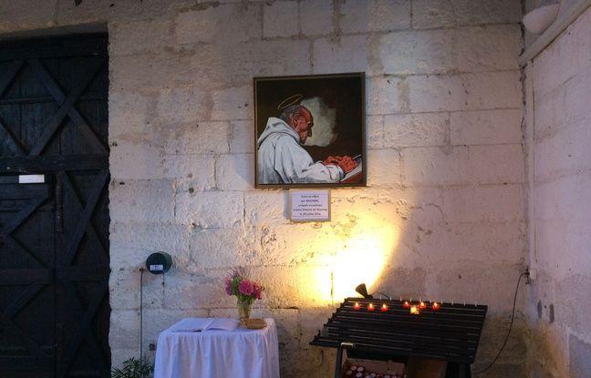 Un petit autel a été érigé dans l'Eglise Saint-Etienne. Après s'être signé, de nombreux paroissiens adressent quelques mots au défunt prêtre.