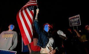 Une supportrice de Donald Trump porte un drapeau et manifeste devant un bureau de vote dans le Nevada, le 5 novembre 2020.