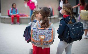 Trois écolières à leur rentrée des classes