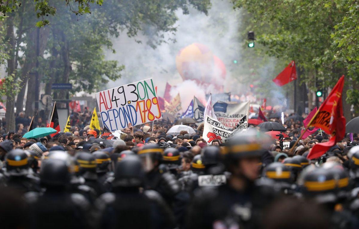 Les manifestants contre la loi Travail se dirigent vers le boulevard Diderot (Paris), le 19 mai 2016. – KENZO TRIBOUILLARD / AFP