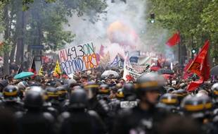 Les manifestants contre la loi Travail se dirigent vers le boulevard Diderot (Paris), le 19 mai 2016.