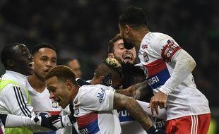 Les Lyonnais célèbrent le but de Bertrand Traoré, dimanche dans le derby. PHILIPPE DESMAZES