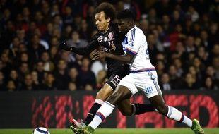 Ici au duel avec Martin Braithwaite, Samuel Umtiti s'est à nouveau révélé intraitable vendredi dernier lors de la victoire lyonnaise (3-0) face à Toulouse. JEFF PACHOUD
