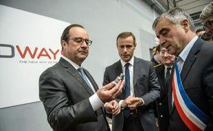François Hollande visite l'entreprise Prodways aux Mureaux, à l'ouest de Paris le 12 mai 2016
