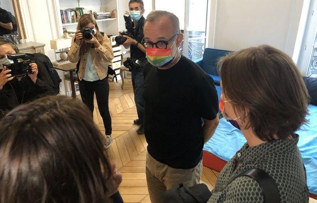 L'un des habitants de la colocation pour seniors LGBT en dialogue avec Delphine Burkli, maire du 9e arrondissement.
