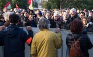 Près de 2000 personnes se sont rassemblées pour rendre hommage aux victimes des attentats parisiens, samedi après-midi sur l'île de Nantes. S. Salom-Gomis/SIPA/1511211912