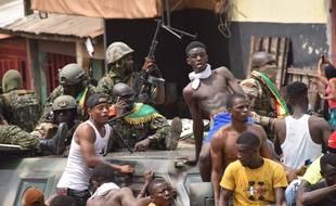 Les gens célèbrent la prise du pouvoir par les forces spéciales guinéennes, après l'arrestation du président guinéen, Alpha Condé, lors d'un coup d'État à Conakry, le 5 septembre 2021.