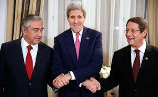 John Kerry, le secrétaire d'Etat américain, serre les mains du président chypriote Nicos Anastasiades (d) et du turc chypriote, Mustafa Akinci (g), le 3 décembre 2015 à Nicosie