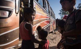 Des enfants rohingyas prennent un bus en direction d'un camp de réfugiés, le 3 décembre 2017 à Shah Barir Dip au Cambodge
