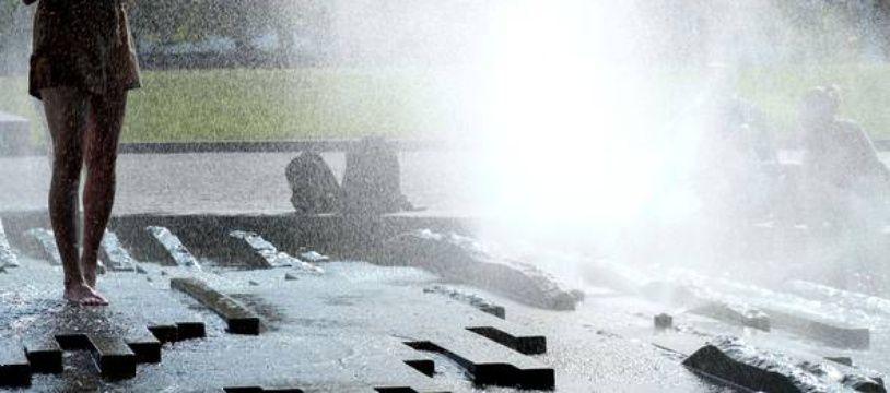 Une personne se rafraichit (photo d'illustration
