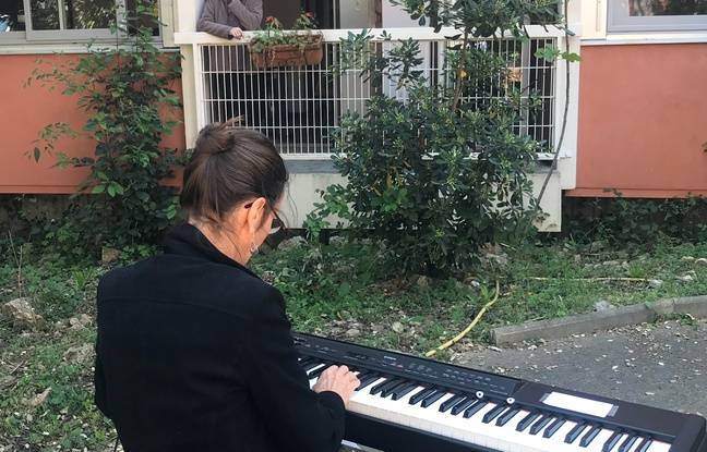 Claire Bossier joue devant la Maison de retraite protestante de Montpellier