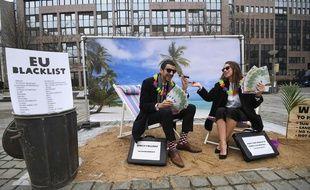 Des militants d'Oxfam ont parodié les paradis fiscaux devant les institutions européennes avant la publication de la liste noire.