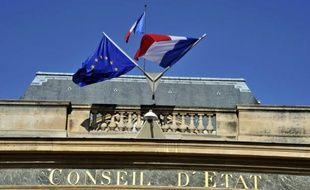 Des drapeaux européen et français flottent au-dessus de l'entrée principale du Conseil d'Etat, le 10 octobre 2010 à Paris.