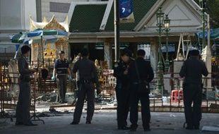 La police thaïlandaise enquête le 18 août 2015 sur les lieux de l'attentat qui a fait au moins 21 morts et plus de 120 blessés la veille à Bangkok