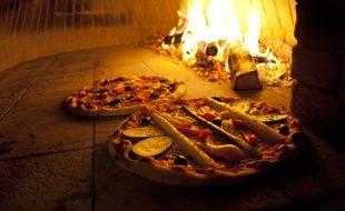 Illustration de pizzas dans un four à bois