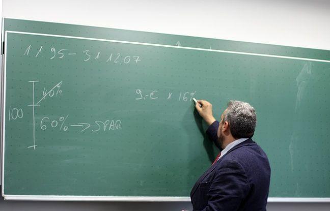 Un enseignant au tableau.