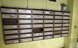 Des boîtes aux lettres.