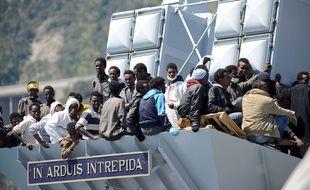 Des migrants secourus par un navire de la Marine italienne attendent d'être débarqués à Salerne, le 22 avril 2015.