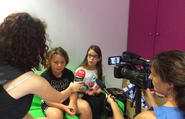 Lola et Fabio se prêtent au jeu des interviews.