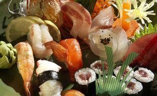Un plateau de sushis, makis et sashimis.