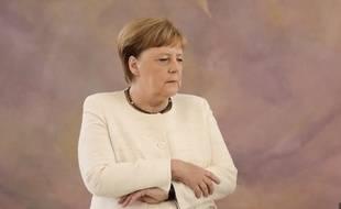 Angela Merkel essaie de contrôler son tremblement, le 27 juin 2019 à Berlin.