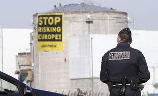 Banderole déployée par les militants de Greenpeace lors de leur intrusion dans la centrale nucléaire de Fessenheim (Haut-Rhin, Alsace), le 18 mars 2014.