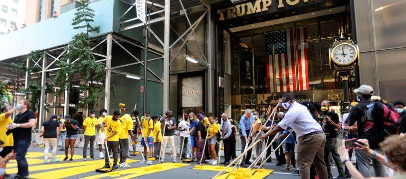 Le maire de New York Bill de Blasio, le révérend Al Sharpton et des militants ont peint le sloggan «Black Lives Matter» devant la Trump Tower, à Manhattan, le 9 juillet 2020.