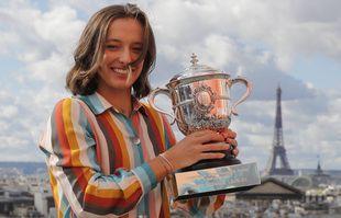 La jeune joueuse de tennis polonaise Iga Swiatek, 19 ans, pose avec la coupe Suzanne-Lenglen au lendemain de sa victoire à Roland-Garros, le 11 octobre 2020, à Paris.