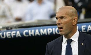 Zinédine Zidane sur le banc du Real Madrid.