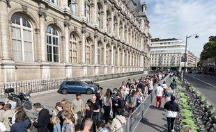Visiteurs patientant pour visiter l'Hôtel de ville de Paris lors des Journées européennes du patrimoine 2018.