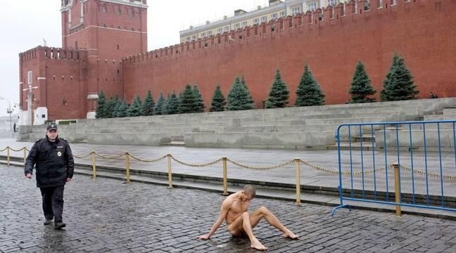 Macron, un antichrist ? 648x360_artiste-russe-piotr-pavlenski-cloue-scrotum-place-rouge-moscou